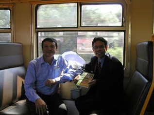 Ông José António Amorim Dias (phải) và Hoàng Kim đi qua cánh đồng Waterloo trên chuyến tàu tốc hành từ Brussels đến Paris