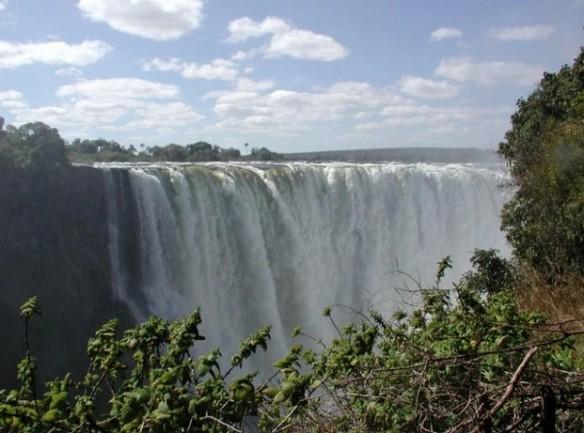 Thác nước Victoria châu Phi trên sông Zambezi, nằmbiên giới Zambia và Zimbabwe